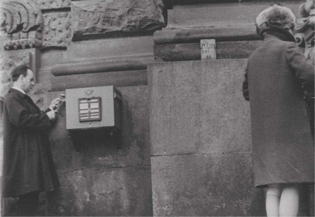 """Briefkastenüberwachung in der DDR (Frankfurt Museum für Kommunikation, Ausstellung """"Briefe ohne Unterschrift"""".)"""