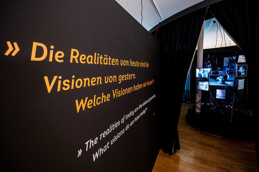 """Eingangsinstallation der Ausstellung """"Back to Future"""", Museum für Kommunikation Frankfurt"""