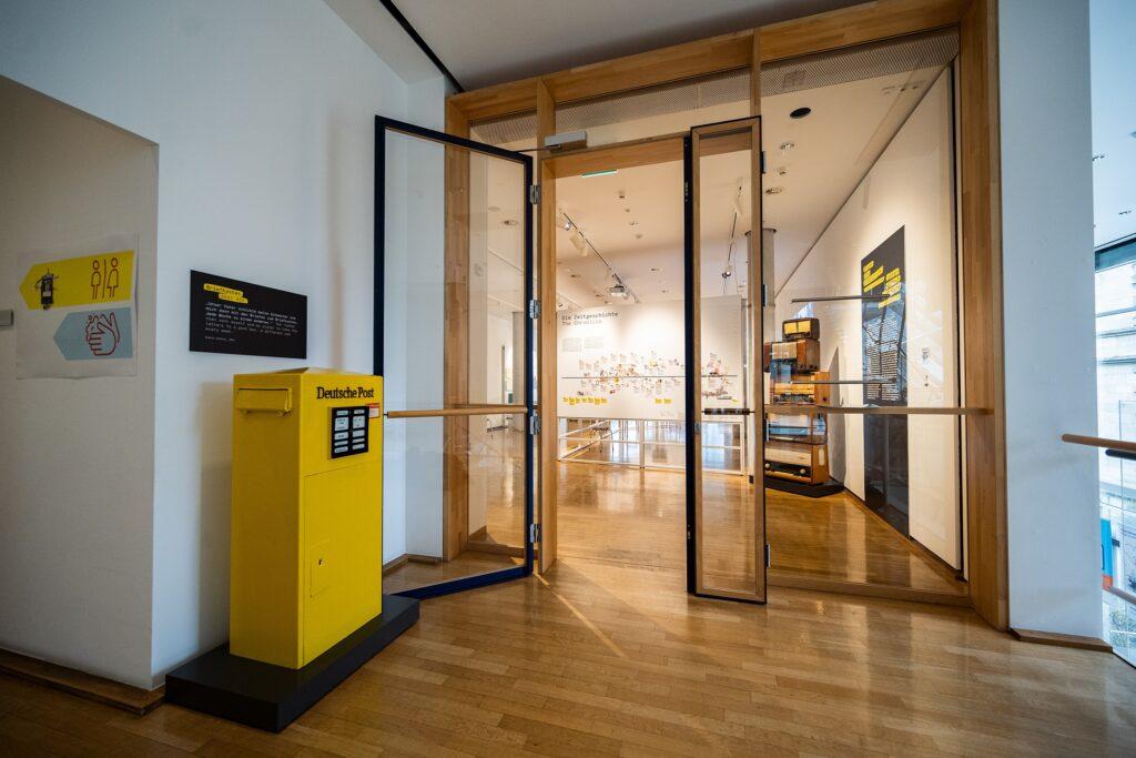 """Ausstellung-Intro, Frankfurt Museum für Kommunikation, Ausstellung """"Briefe ohne Unterschrift""""."""