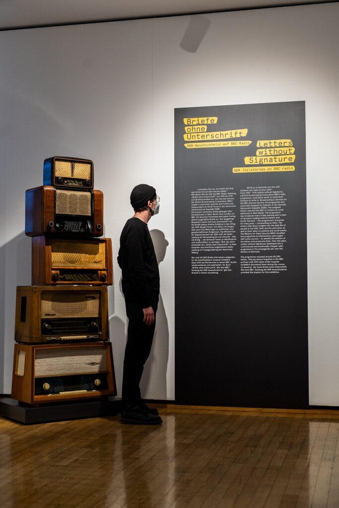"""Ausstellungsansicht, Frankfurt Museum für Kommunikation, Ausstellung """"Briefe ohne Unterschrift""""."""