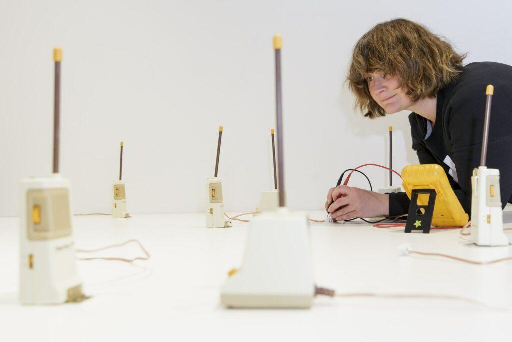 """Aufbau Darsha Hewitt, Feedback Babies (2013), """"Feedback 5: Global Warning – Marshall McLuhan and the Arts"""", Museum für Kommunikation Frankfurt"""