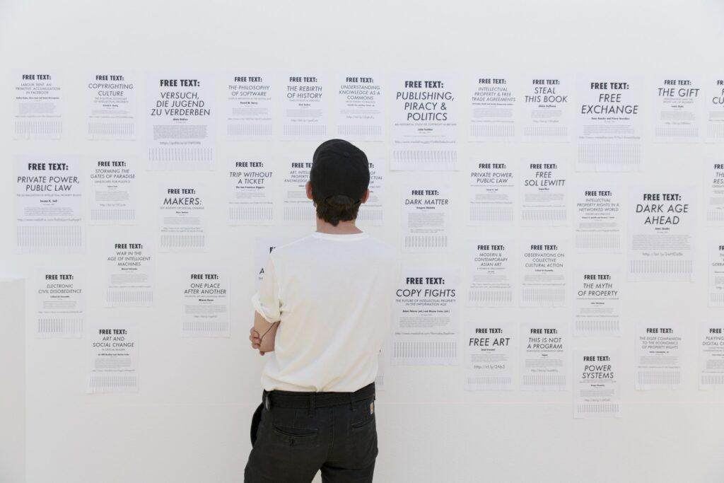 "Ausstellungsansicht Stephanie Syjuco - Free Texts (2014–2020), ""Feedback 5: Global Warning – Marshall McLuhan and the Arts"", Museum für Kommunikation Frankfurt"