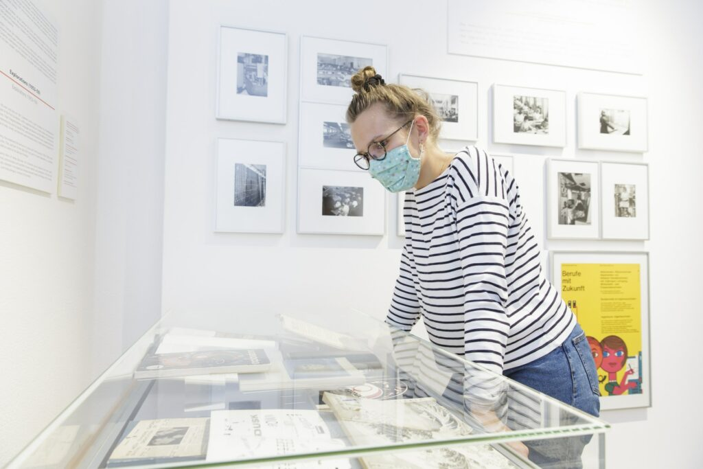"Ausstellungsansicht, ""Feedback 5: Global Warning – Marshall McLuhan and the Arts"", Museum für Kommunikation Frankfurt"