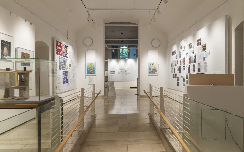 """Ausstellungsansicht """"OhneWorte.Corona–Kunst–Kommunikation"""", Museum für Kommunikation Frankfurt"""