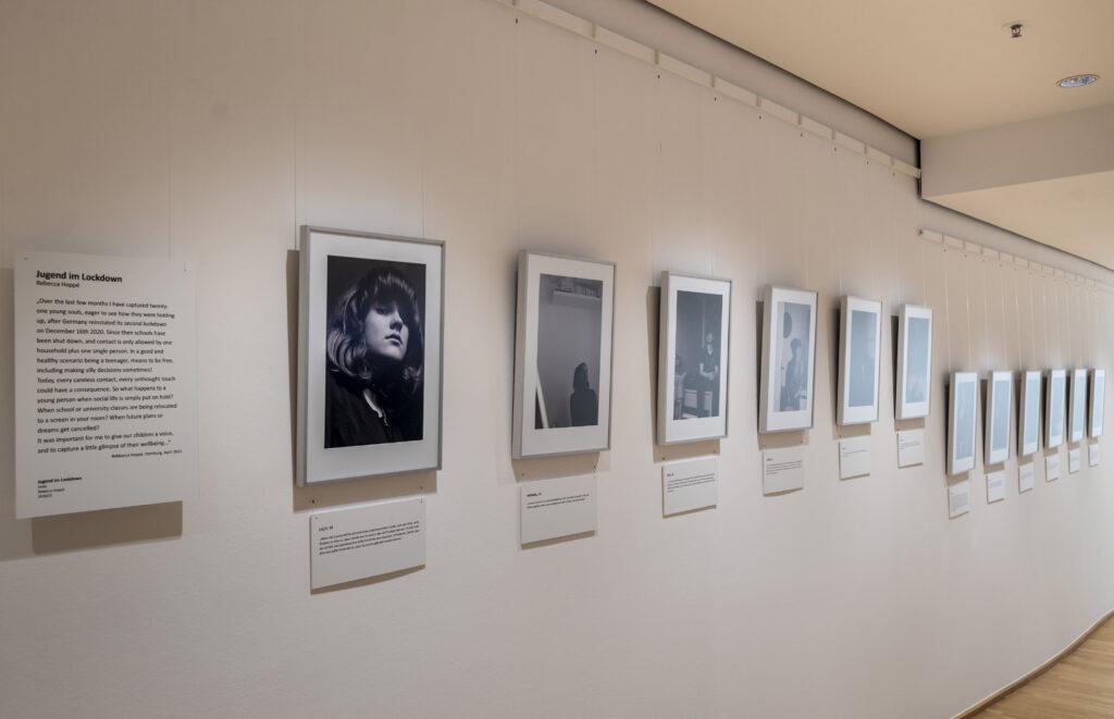 """Jugend im Lockdown von Rebecca Hoppé , """"Ohne Worte. Corona–Kunst–Kommunikation"""", Museum für Kommunikation Frankfurt"""