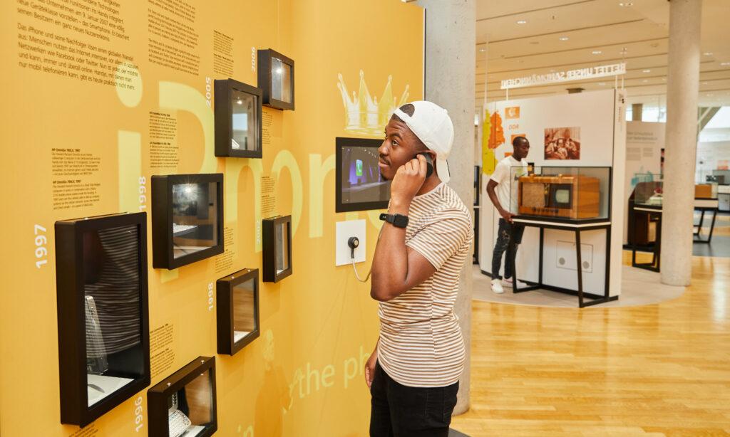 Junge Menschen vor der Medienstation in der Dauerausstellung
