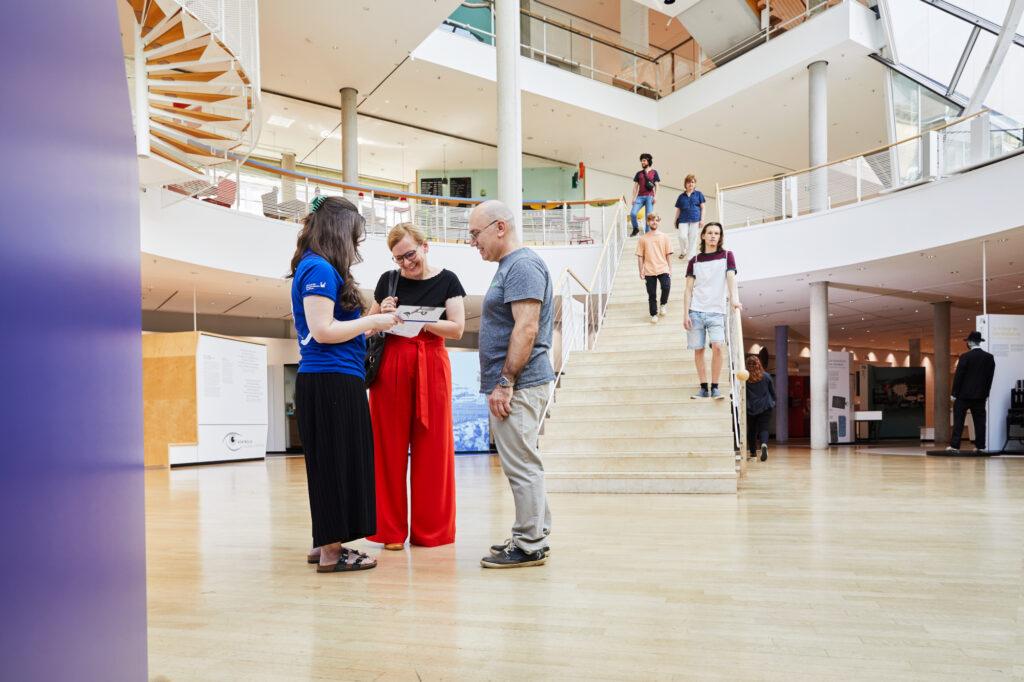 Besucher:innengruppe im Lichthof des Museums